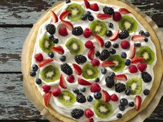 Fruit Pizza - Dessert pizza with sugar-cookie crust, frosting, whipped cream and fresh fruit. Pizza Dessert, Fruit Pizza Bar, Mini Fruit Pizzas, Fruit Dessert, Sugar Cookie Dough, Sugar Cookies Recipe, Cookie Recipes, Dessert Recipes, Dessert Healthy