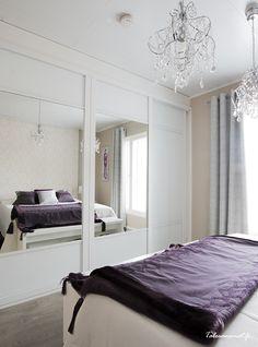Vanhempien makuuhuoneessa on luumunsävyä ja luksusta. Oversized Mirror, Bed, Furniture, Design, Home Decor, Decoration Home, Stream Bed, Room Decor