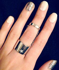 A nice example how the ring finger being different is the new style.