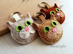 Articoli simili a Wool Felt Brown cat keychain, Tabby cat keychain, Ginger cat gift, Orange cat lover gift for Cat person, Natural Beige Cat Keyring su Etsy Cat Crafts, Arts And Crafts, Felt Keychain, Felt Bookmark, Book Pillow, Creative Textiles, Wool Embroidery, Felt Cat, Felt Patterns