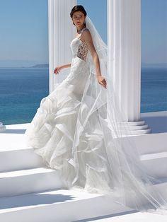 Brautkleid im Mermaid-Stil mit Spitzenapplikationen, Tattoo-Spitze und Volantrock. Wedding Dresses, Fashion, Appliques, Bridal Gown, Curve Dresses, Bride Gowns, Wedding Gowns, Moda, La Mode
