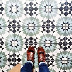 Cement Tile Shop - Encaustic Cement Tile Casablanca Green Source by dyerstudioinc Bathroom Flooring, Kitchen Flooring, Kitchen Backsplash, Stairs Kitchen, Kitchen Island, Küchen Design, Tile Design, Urban Design, Encaustic Tile