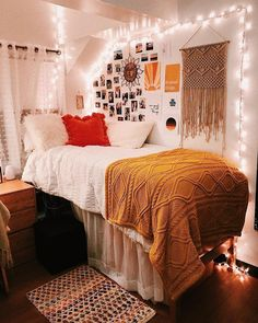 Best Ideas For Home Decor Bedroom Decor Ideas - Which direction should a bed face for peaceful sleeping? Bedroom Decor Ideas - How do I place my bed? College Bedroom Decor, Cool Dorm Rooms, Room Ideas Bedroom, College Dorm Rooms, Boho Dorm Room, Bohemian Dorm, College Dorm Posters, Ysl College, Dorm Room Themes