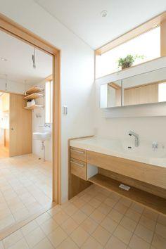 洗面脱衣室〜ユーティリティー〜キッチンへと一直線でつながる家事動線。明るく見えますがすべて北向きの窓。高窓にすることで十分な採光を得られました。