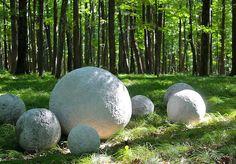 Šikovnost této ženy nemá obdoby! Na zahradu si vlastnoručně vytvořila kamenné koule, které jí všichni závidí, stojí málo a zkrášlit mohou i Vaši zahradu! - ProSvět.cz