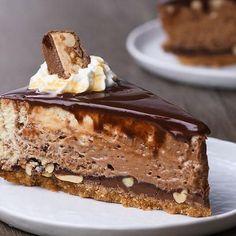 To επικό cheesecake με snickers είναι ένα γλυκό για τους φανατικούς της σοκολάτας snickers και για εσάς που θέλετε να ανεβάζετε τα γλυκά σας στο instagram!