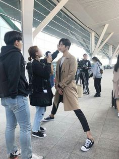 I love that Rowoon is so tall that he literally has to go down like that to get his makeup fixed 😂 Bilal Hassani, Korean Male Actors, Idole, Kdrama Actors, Cha Eun Woo, Bts Korea, Mingyu, Boyfriend Material, Korean Drama