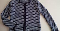 Hace tiempo que deseaba hacerme una chaqueta de este estilo y al fin, lo he logrado.  He utilizado lana de tres colores ( azul marino...