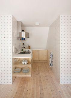 маленькая кухня + отдельно столовая-гостинная со столом и гостевой зоной. Нравится))