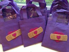 Doctor bags - felt band aids on mini treat bags (doc McStuffins) Third Birthday, 4th Birthday Parties, Baby Birthday, Birthday Ideas, Frozen Birthday, Doc Mcstuffins Birthday Party, Doc Mcstuffins Party Ideas, Doc Mcstuffins Costume, Doctor Party