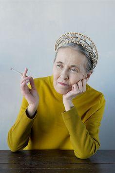Fumer des clopes avec un diadème sur la tête, même vieux.