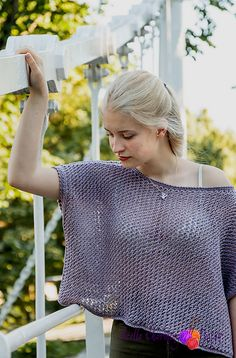Akiak: a light and airy summer top knitted in a lovely mix of cotton and linen. Akiak is short and wide and is perfect with a pair of jeans or your summer dress.