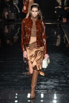 Kaia Gerber at Versace Pre-Fall 2019 Collection - Vogue Versace Fashion, Couture Fashion, New Fashion, Runway Fashion, High Fashion, Winter Fashion, Fashion Looks, Fashion Outfits, Womens Fashion