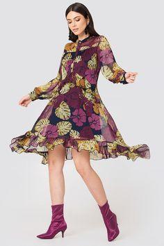 Side Dipp Frill Dress NA-KD.COM Pop Fashion, Fashion Trends, Jungle Print, Frill Dress, Boho, Dusty Blue, Jean Outfits, No Frills, Blue Dresses