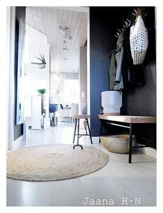 Ikea Sinnerlig cork bench, lamp, stool and basket Florida Home, My House, Modern Design, Stool, Shoe Cabinet, House Design, Flooring, Corridor, Interior Design