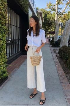 Minimalist Fashion 2018 The minimalist trend involves clothing which is understated and unassuming. The idea behind this trend is that less is more, so we are looking at outfits which have crisp cu… White Short Sleeve Shirt, White Button Down Shirt, White Shirts, Looks Street Style, Looks Style, Mode Outfits, Casual Outfits, White Outfits, White Pants Outfit