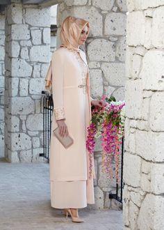 A very elegant dressy look. Modesty Fashion, Abaya Fashion, Fashion Outfits, Hijab Abaya, Hijab Dress, Muslim Women Fashion, Islamic Fashion, Modele Hijab, Islamic Clothing