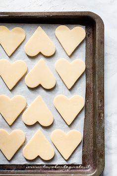 Die Kekse sind bereit, die entlassen werden - Plätzchen-Rezept Gebäck und Schokolade