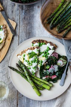 Your guide to thin and crisp grilled gluten-free pizza crust (whole grain + gum-free) and a springy topping of fresh peas, meyer lemon, goat cheese and mint. It's like I blinked and suddenly … Vegetarian Recipes, Healthy Recipes, Healthy Food, Yummy Food, Bojon Gourmet, Gluten Free Pizza, Spring Recipes, Wine Recipes, Love Food