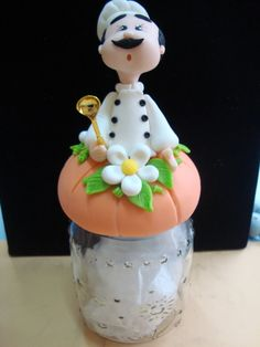 Pote de Vidro em Biscuit com cozinheiro R$ 35,00 Polymer Clay Projects, Polymer Clay Art, Fondant Figures, Cold Porcelain Flowers, Clay Jar, Pots, Pasta Flexible, Gourd Art, Clay Flowers