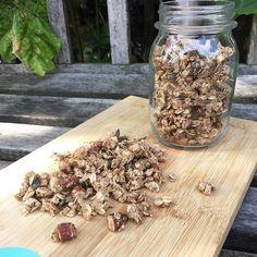 Suikervrije Granola ❤️! Hier is dan het recept voor lekker knapperige granola. In gewone cruesli's zitten vaak wel 10 gram (of meer) suiker, in deze granola zit per portie maar 0,4 gram suiker👌🏻! Zeker het proberen waard! Check m'n Facebookpagina & site voor het recept (link in bio)! Gaan jullie 'm maken? 🙋🏼 #healthyfitjo #goodmorning #morning #granola #sugarfree #nuts #oats #homemade #weekend #saturday