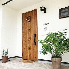 女性で、4LDKのAmpoule/真鍮/玄関ドア/ペンダントライト/カフェ風/グリーンのある暮らし…などについてのインテリア実例を紹介。「玄関開けて見えるアーチ壁↟↟ お気に入り〜◡̈⃝♩」(この写真は 2017-01-24 21:43:26 に共有されました) University Housing, Door Gate, Shop Fronts, Foliage Plants, Entrance Hall, Tall Cabinet Storage, My House, Exterior, House Design