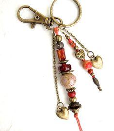 Porte-clés ou bijou de sac, fantaisie, ethnique, bohème chic, en perles rouge -grenat et bronze, avec des coeurs : Porte clés par de-perle-en-perles