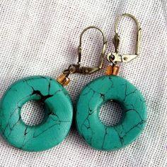 Boucles d'oreilles imitation turquoise.