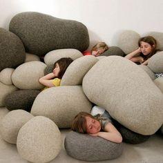 Cojines gigantes en forma de piedras