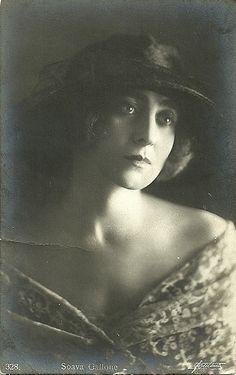 Soava Gallone (pseudonimo di Stanislava Winaver), polacca (Varsavia, 1880 - Roma, 1957) divenne un'icona della femme fragile del cinema muto in Italia, grazie al regista Carmine Gallone, suo marito, che la diresse in oltre quaranta film.