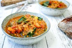 Direkt zum Rezept Linsensuppe mit Kurkuma und Ingwer ist ein typischer Vertreter der One-Pot-Gerichte. Man könnte auch Eintopf sagen, aber das trifft es nicht so ganz. Denn wenn man nur mit einem T…