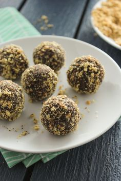 5 Ingredient Chocolate Almond Energy Balls from The Fitchen Protein Desserts, Protein Snacks, Healthy Protein, Healthy Treats, Healthy Recipes, Eating Healthy, Protein Recipes, Snack Recipes, Healthy Gourmet
