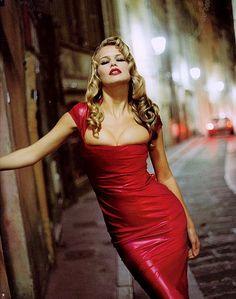 Claudia Schiffer wearing red latex dress | Flickr: Intercambio de fotos