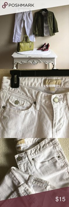 Banana Republic stretch white Crop jeans size 1/25 Preloved look like new White Crop jeans by Banana Republic size 1/25. Fabric made of 98% cotton and 2% spandex. Banana Republic Jeans Ankle & Cropped