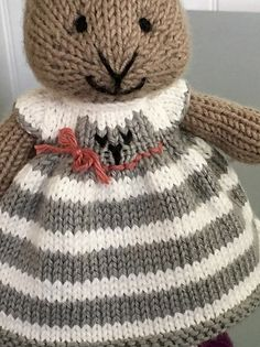 A cat dress…with a tail! This was a fun and quick knit. I used a long tail cast on of 90 stitches and alternated rows of white and gray decreasing to 36 stitches in rows 30 and 31 before begi. Knitted Stuffed Animals, Knitted Bunnies, Knitted Animals, Knitted Dolls, Crochet Dolls, Knitted Baby, Amigurumi Patterns, Doll Patterns, Knitting Patterns