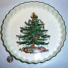 Spode's famous Christmas Tree pattern was designed in 1938 by Harold Holloway who had never seen a Christmas Tree before. Christmas China, Spode Christmas Tree, Christmas Tree Pattern, Christmas Dishes, Christmas Tablescapes, Christmas Images, Christmas Fun, Christmas Decorations, Xmas