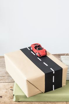 DIY : Creative race track gift wrapping idea for kids