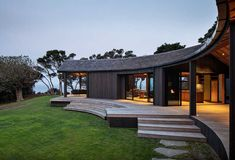 The need to anchor the Matapouri Road house to the land, generated the semicircular form hunkered into the hill. By Belinda George Architects New Zealand Architecture, Public Architecture, Architecture Awards, Commercial Architecture, Interior Architecture, Interior And Exterior, Exterior Design, Western Springs, Outdoor Classroom