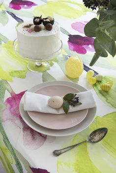Tulppaani Tablecloth | Pentik Easter 2018 | This year the Easter table will be dressed in Tulppaani(Tulip) pattern designed by Lasse Kovanen. Perky and colourful Tulppaani is like a vernal painting, waking up your home from winter torpor.
