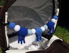 För några veckor sedan kontaktade en tjej från Norge mig. Hon ville att jag skulle virka en barnvagnsmobil med blåa bläckfiskar till hennes lilla bebis. Jag hade aldrig virkat bläckfiskar förut men…