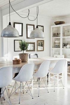 Een lange eettafel wordt het hart van je huis, je kunt er eten, spelen en werken & dat gewoon laten staan, plek zat! Een op maat gemaakte tafel is het mooist.