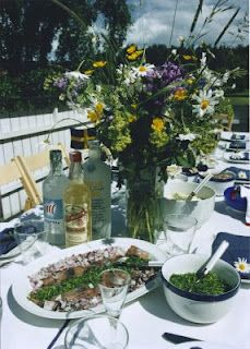 A typical Swedish Midsommar menu will include various kinds of pickled herring (flavoured with onion, garlic, tomato, mustard sauce, and a myriad of other varieties Swedish Style, Swedish House, Scandi Style, Swedish Cuisine, June Colors, Swedish Recipes, Swedish Foods, Summer Aesthetic, Wedding Table Settings