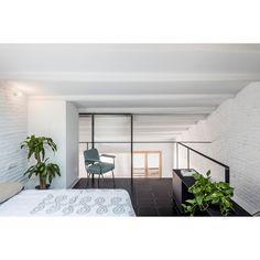 RÄS Studio has overhauled a loft apartment in Barcelona, creating a split-level apartment with a space-maximising glazed mezzanine. Minimalist Bedroom, Modern Bedroom, Minimalist Interior, Attic Spaces, Small Spaces, Mezanine Floor, Studio, Barcelona, Student House