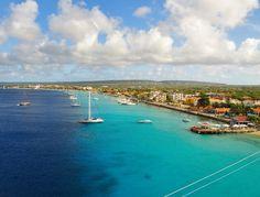Liefhebbers kunnen een zeiljacht of motorjacht boeken. Zelfs met bemanning. Voor een dagje, of langer. Er zijn enkele kleine verhuurders op Bonaire, een aantal met zeer luxe schepen.