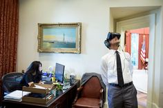 Ο Μπαράκ Ομπάμα «παίζει» με την εικονική πραγματικότητα στο Λευκό Οίκο…
