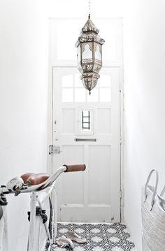 Vosgesparis: Modern Moroccan style in Black and White home decor white Moroccan Interiors, Interior, Moroccan Decor, House Styles, Decor Inspiration, Home Decor, House Interior, Home Deco, Black And White Dishes