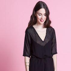 """Edmée est la parfaite """"petite robe noire"""", tout simplement. - 100 % viscose - surpiquée par une ceinture à la taille - voile ajouré à pois sur les épaules et le décolleté"""