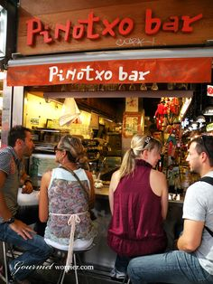 Pinotxo en el interior del  Mercado de la Boqueria. Tapas in Barcelona.  www.abchumboldt.com Tu escuela de Idiomas en Barcelona Cursos de alemán/inglés Spanish courses in Barcelona