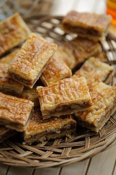 Walnoot-karamel boterkoek   Kookmutsjes Easy Desserts, Delicious Desserts, Yummy Food, Food Cakes, Cupcake Cakes, Cookie Recipes, Dessert Recipes, Sweet Bakery, Happy Foods