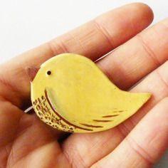 """Broche oiseau céramique artisanale """"p'tit zozio"""", jaune poussin, pièce unique fait main"""